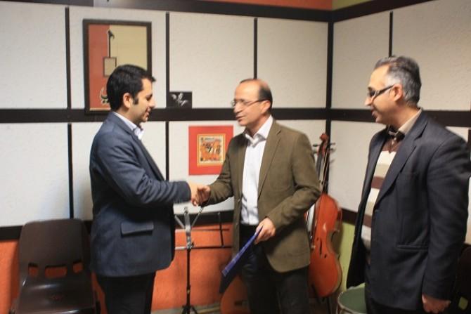 اهدای لوح سپاس به مدیر وسرپرست گروه آموزشگاه ترنم مهر شهرستان شهریار