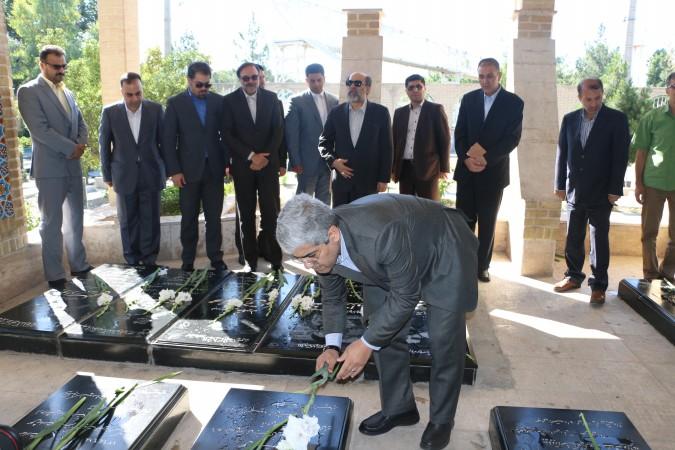 ادای احترام رییس دانشگاه آزاداسلامی کشور به شهدادربدوورود به شهریار