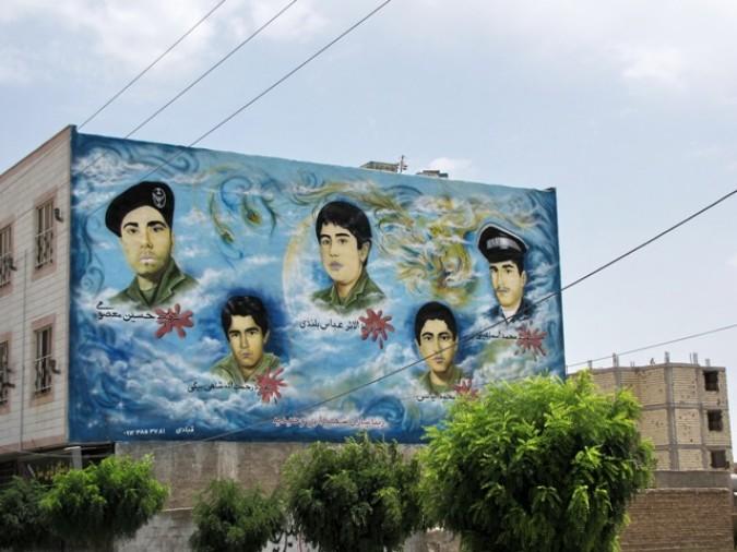 دیوارهای شهروحیدیه درشهریار، مملوازتصاویرشهداشد.