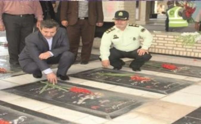 غبار روبی گلزار شهدا با حضور فرماندار و کارکنان فرمانداری