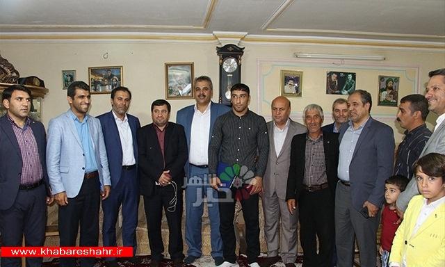 دیدار مسئولین شهرستان شهریار با قهرمان کشتی فرنگی جهان در امیریه