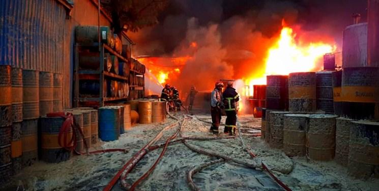 اطفا حریق گسترده کارخانه تولیدی رنگ و تینر در ملارد