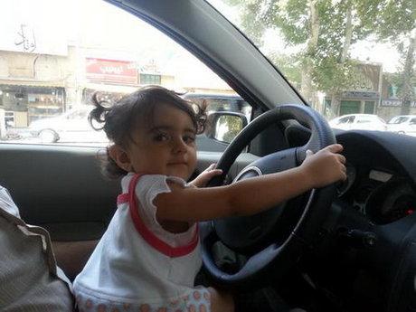 پلیس: در آغوش گرفتن کودکان حین رانندگی تخلف است